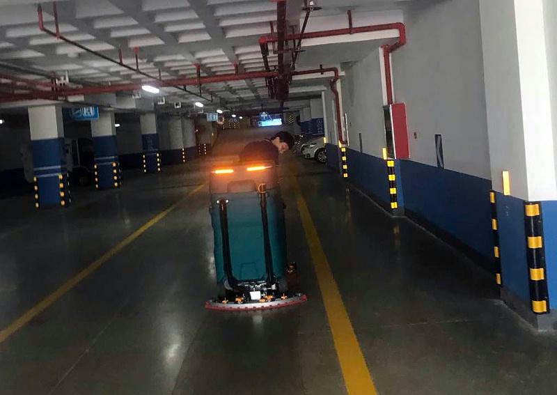 驾驶式洗地机清洗地下车库