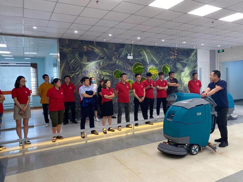 图四:中午休息时间段捷立机械韩总为小伙伴们介绍并演示了坦力手推式洗地机T50的使用