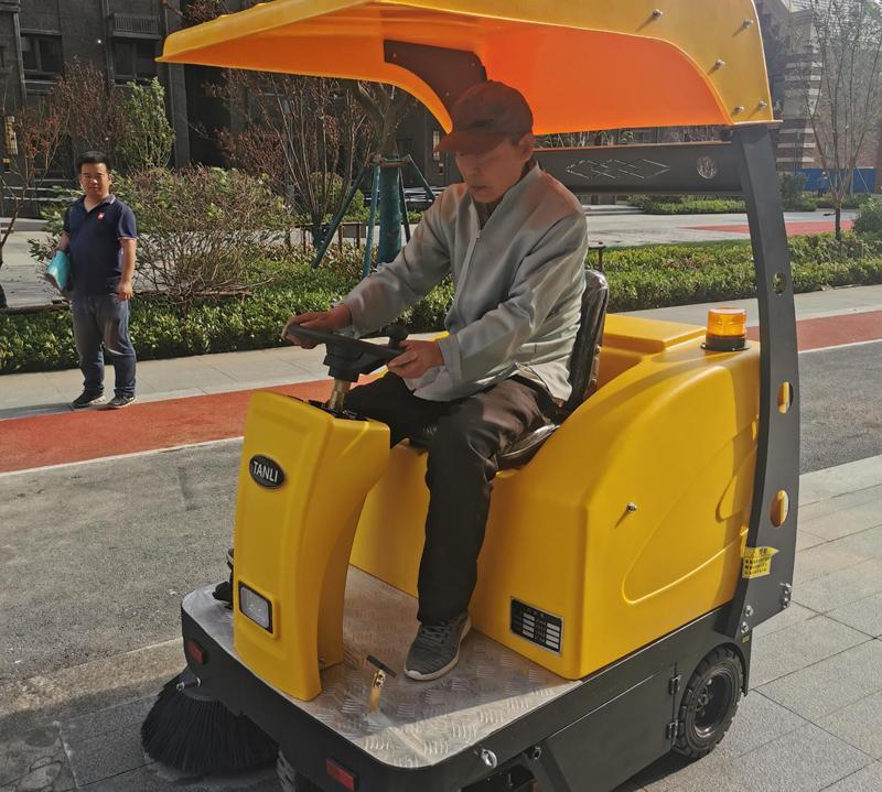 坦力S1驾驶式扫地车