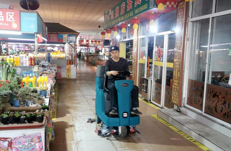 坦力T110驾驶式双刷洗地机服务于某市场