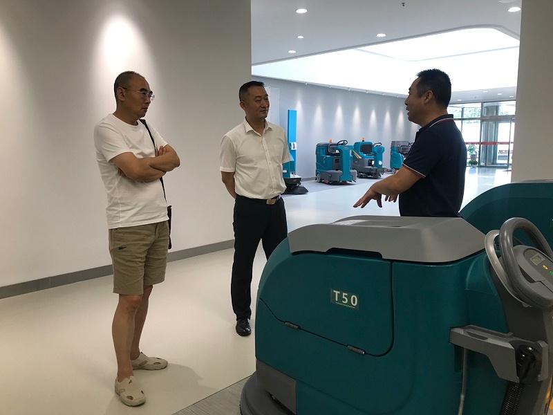 韩总向客户介绍坦力清洁设备