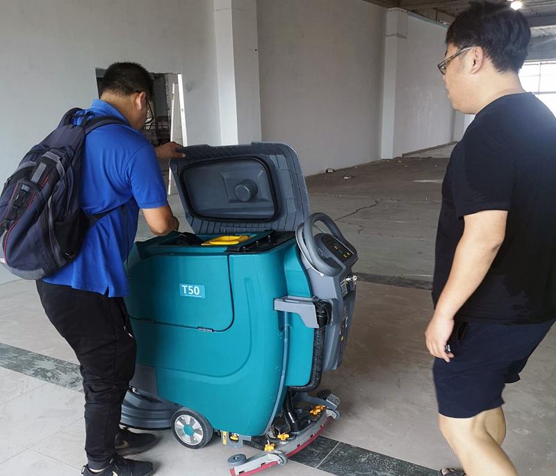 坦力清洁设备售后服务人员