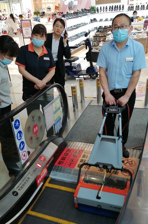 商场物业正在测试坦力扶梯清洗机