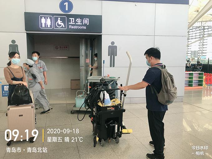 青岛北站卫生间使用坦力厕宝进行深度清洁