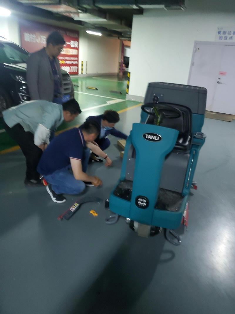 坦力驾驶式洗地机T110