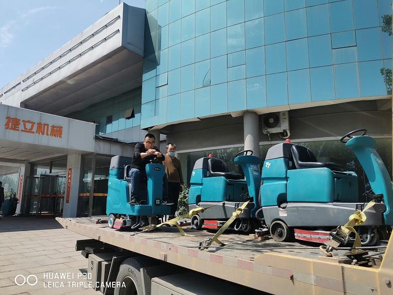 坦力驾驶式洗地机租赁客户现场